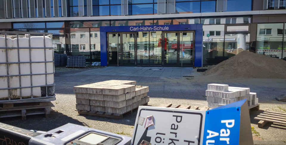 Baustelle vor der Carl-Hahn-Schule