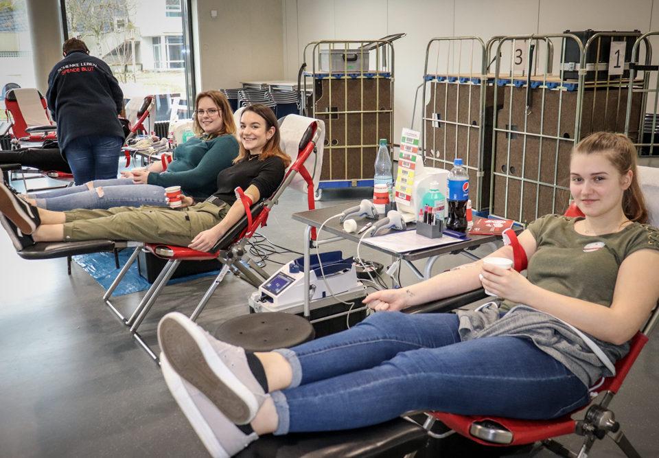 Schülerinnen bei der Blutspende in der CHS