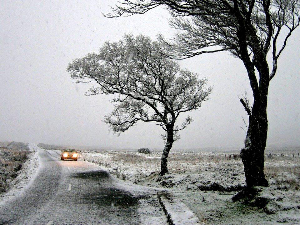 Schnee und Eis auf der Landstraße